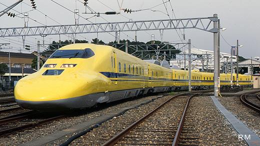 An examination car Doctor Yellow 923 type of the Tokaido Sanyo Shinkansen made in 2000.