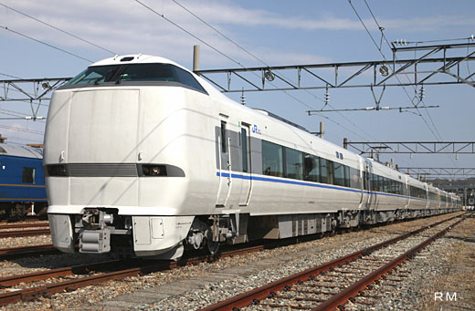 The limited express train of West Japan Railway, 683-4000 series. A 2009 debut.