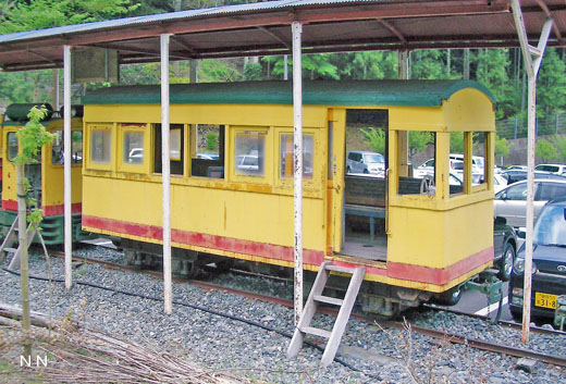 The passenger car of a Senzu Forest Railway abolished in 1968. It is saved in Sumatakyo-spa of Shizuoka.