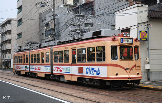 The 3000 type train of Hiroshima Electric Railway. It is transferred a census register by a streetcar of Fukuoka.
