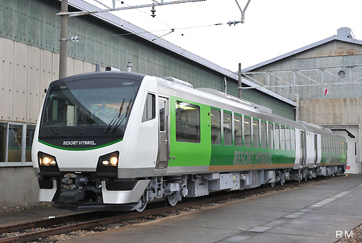 The resort use hybrid train HB-E300 series of JR East. A 2010 debut.
