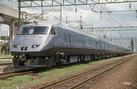 A train for 787 series limited expresses of Kyushu Railway Company. A 1992 debut.