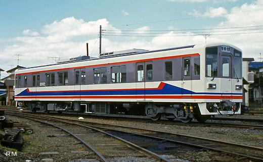 A Kiha-2000 type diesel train of the Kanto Railway Ryugasaki line. A 1994 debut.