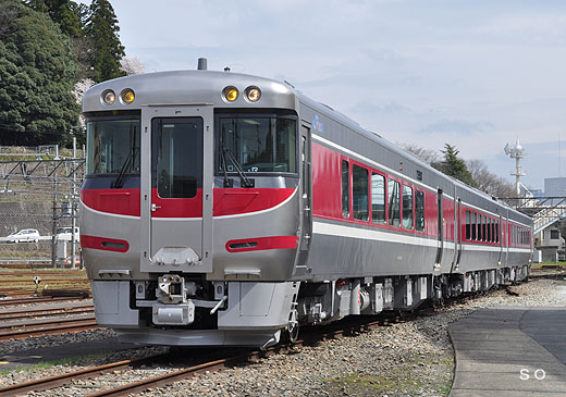 Diesel car of the limited express HAMAKAZE use, the West Japan Railway kiha189 series. A 2010 appearance.