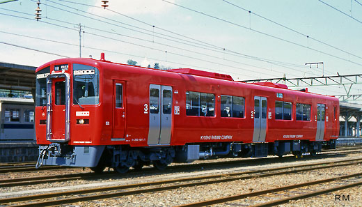 A rail diesel car for local trains of Kyushu Railway Company, KH-220 type. A 1997 debut.