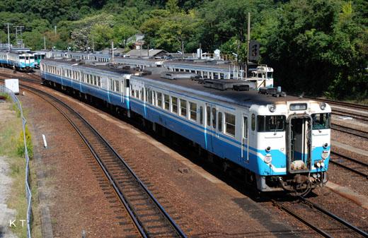 A KIHA47 type rail diesel car of Shikoku Railway Company. A 1977 debut.