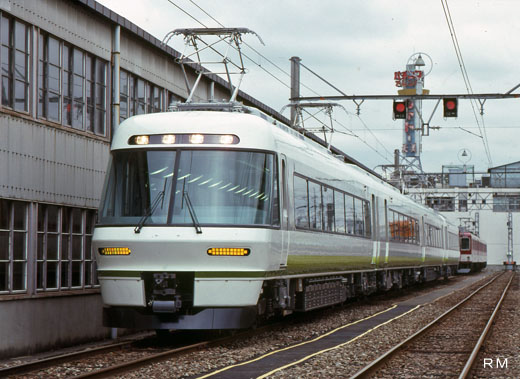 26000 limited express train series [Sakura-Lliner]] of Kintetsu. A 1990 appearance.