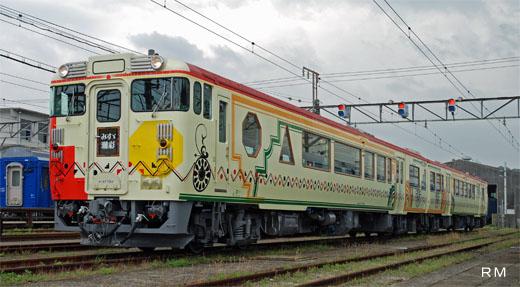 Train [misuzu-shiosai] for Sanin Line sightseeing of Yamaguchi. A 2007 appearance.