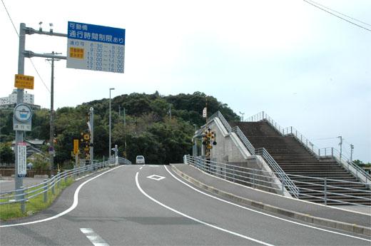手結可動橋入口。右は操作室だが、上は階段状に展望デッキになっているようだ。