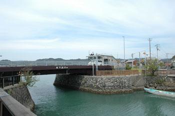 手結可動橋を内港側から見る