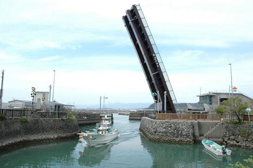 完全に開き、漁船が内港に入る。