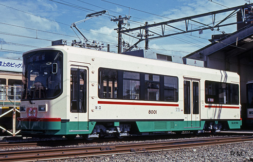 A de-8000 type streetcar of Toyamachiho Railroad. A 1993 debut.